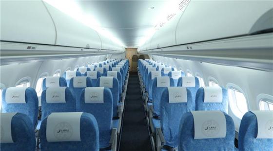 Пътническия салон е в конфигурация 3+2 седалки на ред