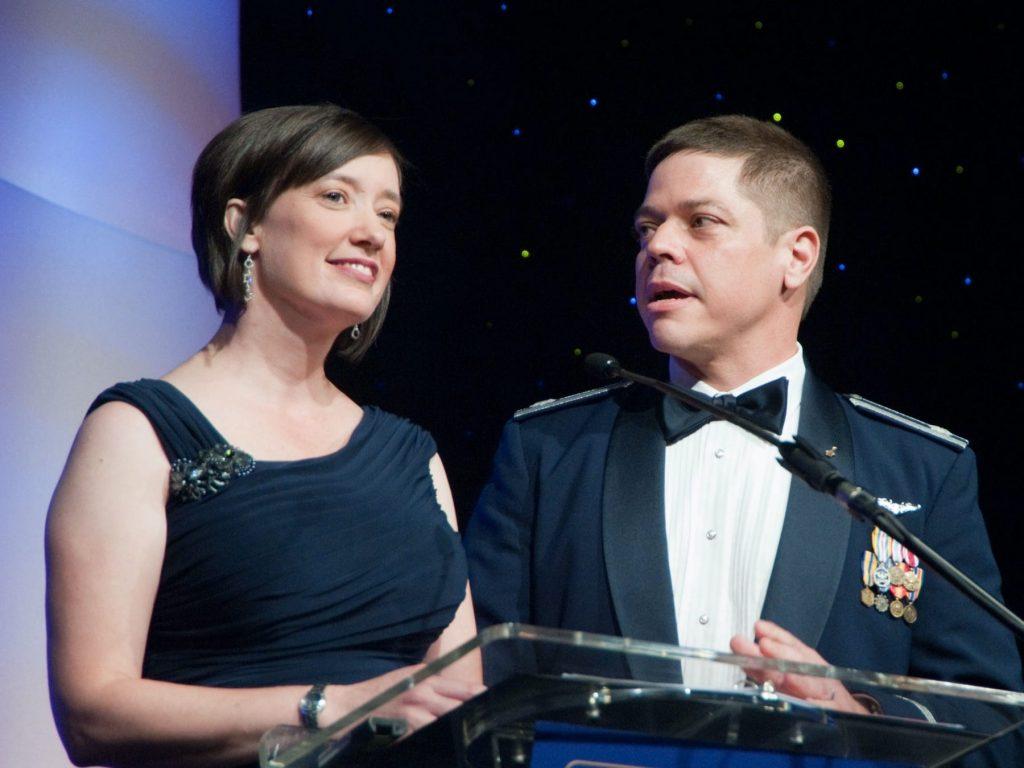 Съпрузите, астронавти от НАСА, Меган МакАртър и Боб Беникен връчват  награда за постижения в усвояването на космоса по време на церемония през 2012 година.