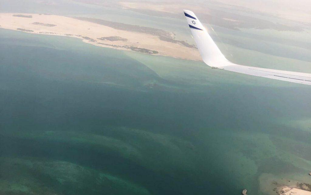 Заходът за кацане в Абу Даби сниман от борда на първия полет. Снимка: (Nir Elias/Pool Photo via AP)