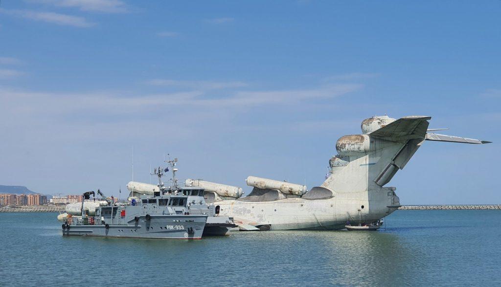 Екранопланът Лун МД-160 в началото на операцията по преместването му от ВМС база Каспийск