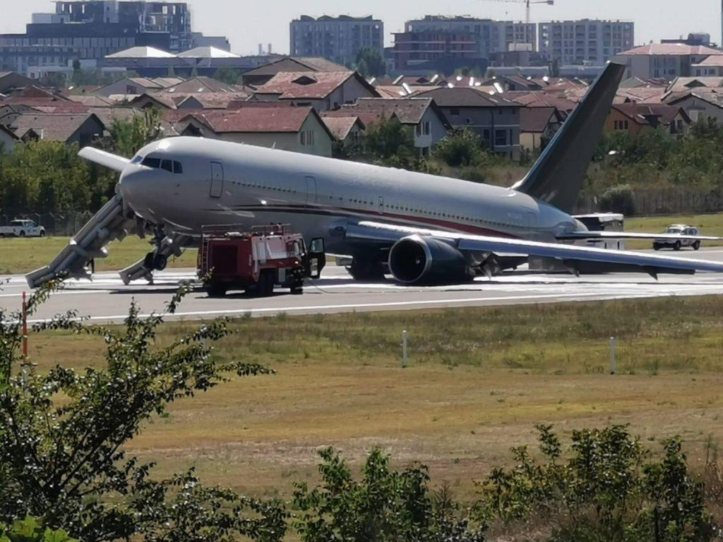 Самолетът е евакуиран на пистата веднага след кацането и няма пострадали пътници и членове на екипажа