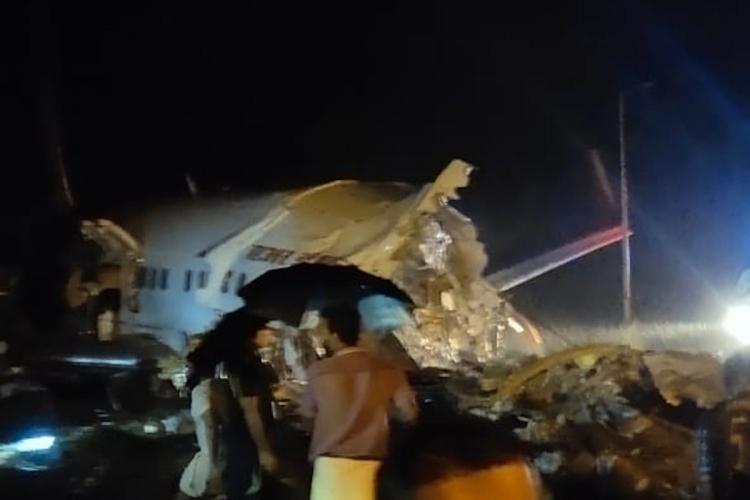 Първите снимки от мястото на инцидента бяха качени в туитър от оцелели от катастрофата